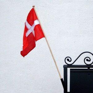 skilt med flag,skilteflag,dannebrog,vifteflag,skilt,skilte,flag,Surrow Skilte,smedejernsskilte,butiksskilte