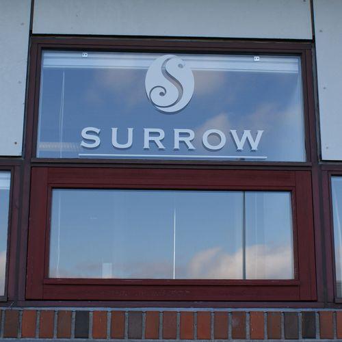 vinduesfolie,vindueslogo,logo til vindue,dørlogo,åbningstider,facade,firmanavn,identitet,branding,facade,butiksindretning,butik